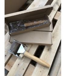 Ontzegelvork van hout met ondersteuning
